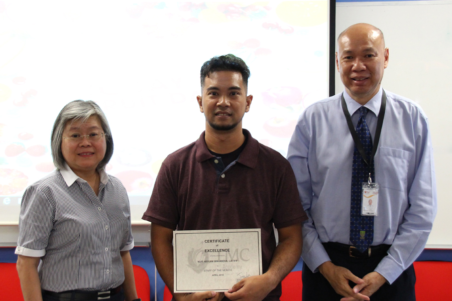 Photo of Hisyam SotM with Mr John and Ms Yeow