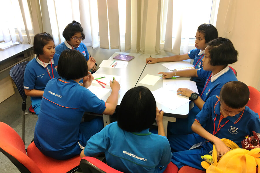 Thai Student Holiday English Group Discussion